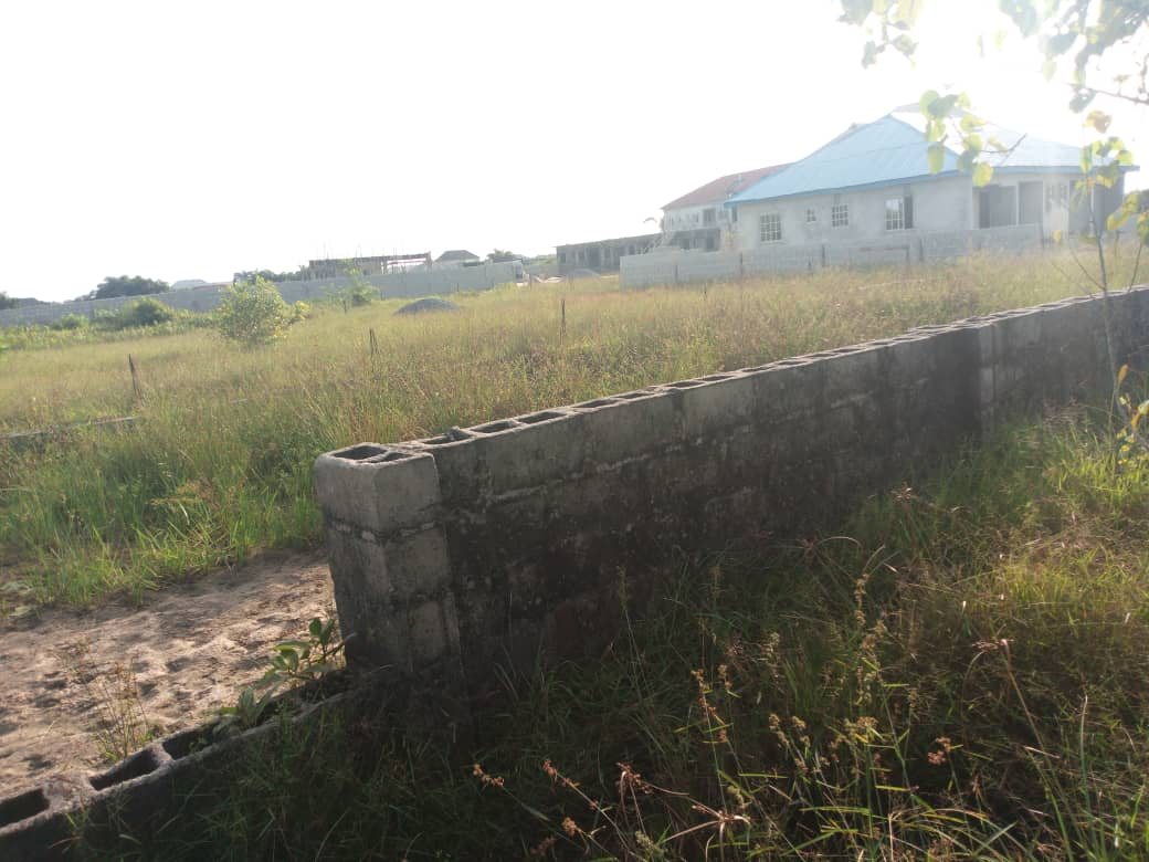 Fenced Plot of land measuring 900sqms on Rock Drive, Admiralty Road, Lekki Phase 1 for Sale