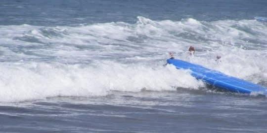 Mit csinálsz, ha beleesel a vízbe a szörfdeszkáról?