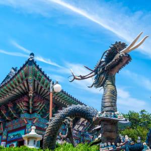 Südkorea - Grosse Mietwagenrundreise ab Seoul: A statue of a dragon at Haedong Yonggungsa Temple in Busan