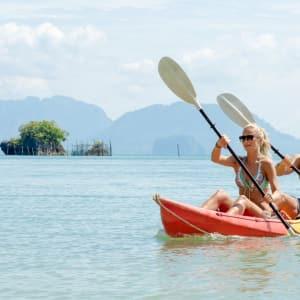 Individuelles Inselhüpfen in der Bucht von Phang Nga ab Phuket: activities: Couple Kayaking