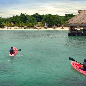 Bluewater Maribago Beach Resort à Cebu: Kayak
