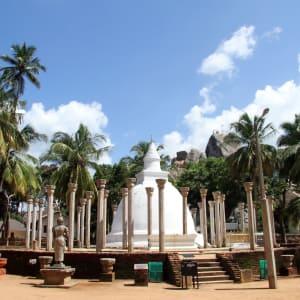 Sri Lanka für Geniesser ab Colombo: Anuradhapura: Ambasthala dagaba near rock in Mihintale