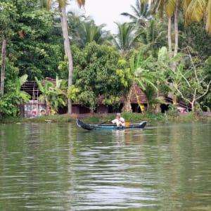 Backwaters von Kerala ab Kochi: Backwaters: local boatman