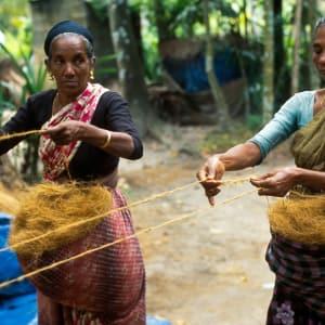 Les Backwaters du Kerala de Kochi: Backwaters: local women making ropes