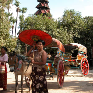Le pays doré de Yangon: Bagan burmese lady with typical umbrella