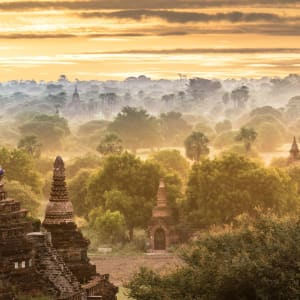 Myanmar - Land der Tempel und Pagoden ab Yangon: Bagan Sunrise with tourist in the early morning
