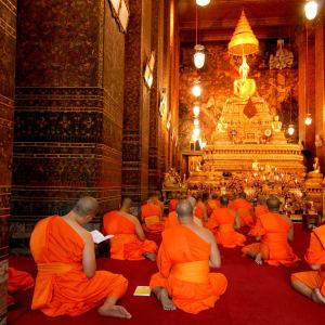 River of Kings - zu Fuss, Tuk Tuk und Boot in Bangkok: Bangkok: Buddha image and monks in Wat Pho Temple