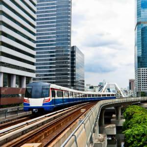 River of Kings - zu Fuss, Tuk Tuk und Boot in Bangkok: Bangkok: sky train with building