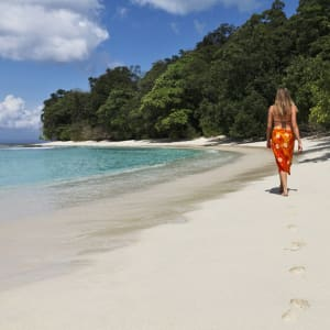 Barefoot at Havelock à Îles Andaman: Lady walking on the beach