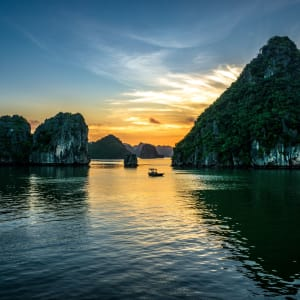 Glanzlichter Vietnam - von Saigon nach Hanoi: Beautiful sunset at Halong bay