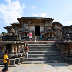 Le sud diversifié de l'Inde de Kochi: Belur: local tourists in front of temple