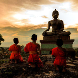 Unbekannter I-San ab Bangkok: Buddha statue and Novice at sunset in Saraburi