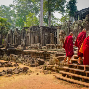 Les hauts lieux du Cambodge de Siem Reap: Buddhist monks enter the Bayon Temple at Angkor Wat