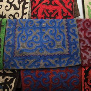 Sur les traces de Marco Polo le long de la route de la Soie de Pékin: carpet of felt_Kochkor