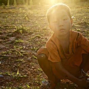 Laos Intensiv ab Vientiane: Child in the evening sun of Vang Vieng Laos