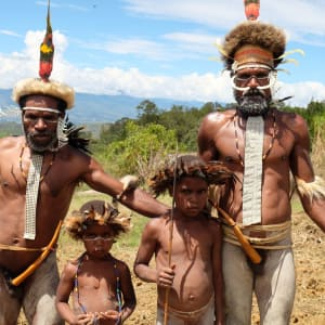 Papua - Reise in eine andere Zeit ab Jayapura: Dani Tribe Men with kids