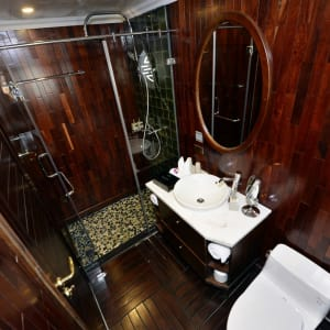 Halong Bucht Kreuzfahrten mit «The Au Co» ab Hanoi: Deluxe Executive - Bathroom