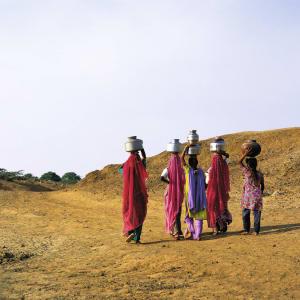 Palastromantik und Wüstenzauber ab Jodhpur: Desert Thar women carrying water