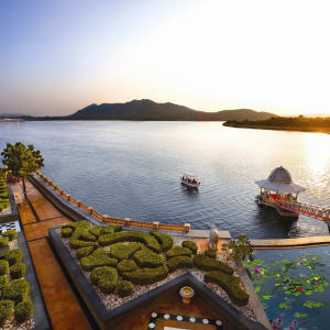 The Leela Palace in Udaipur: Boat arrival