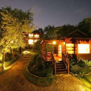 Popa Garden Resort in Bagan: Building in the evening