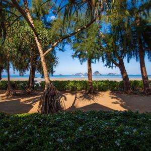 Tup Kaek Sunset Beach Resort à Krabi: Garden and Beach