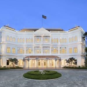 Raffles Singapore in Singapur: Hotel Facade Twilight