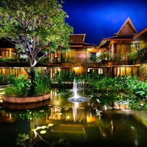 Angkor Village Hotel à Siem Reap: Hotel Pond at night