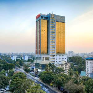 Jasmine Palace in Yangon: Hotelbuilding from outside