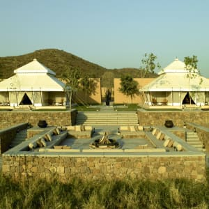 Aman-i-Khas in Ranthambore: Lounge and dining tents and main fireplace