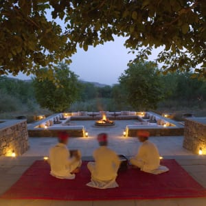 Aman-i-Khas in Ranthambore: Outdoor Fireplace at Dusk