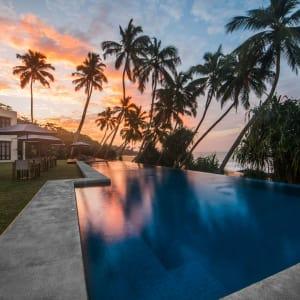 Kumu Beach Hotel à Balapitiya: Sunset over Pool