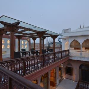 Haveli Dharampura in Delhi: Terrace upstairs outside