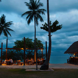 The Haad Tien Beach Resort in Ko Tao: Beach bar at night