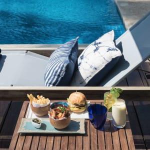 Kumu Beach Hotel à Balapitiya: Food at the pool