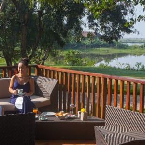 Sanctum Inle Resort à Lac Inle: Girls drink terrace