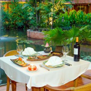 Angkor Village Hotel à Siem Reap: L'Auberge des Temple dinner table