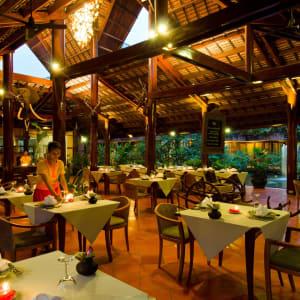 Angkor Village Hotel à Siem Reap: L'Auberge Des Temples at night