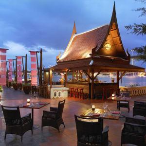 Anantara Riverside Bangkok Resort: Longtail Bar