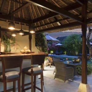The Pavilions Bali in Südbali: Pool Bar at Dusk