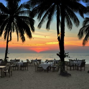 Khao Lak Paradise Resort: Restaurant on the beach