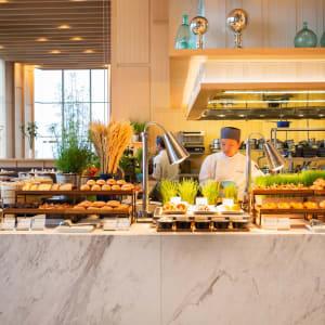 AVANI+ Riverside Bangkok Hotel: Skyline | Breakfast