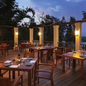Sanctum Inle Resort à Lac Inle: terrace at night