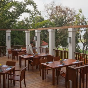 Sanctum Inle Resort à Lac Inle: Terrace set up +staff