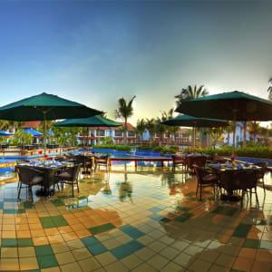 Radisson Blu Resort Temple Bay in Mahabalipuram: Water Edge Cafe Pool Deck