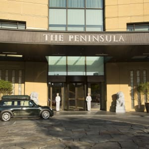The Peninsula in Tokio: Main Entrance with Pages