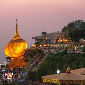 La pagode de Kyaiktiyo & le rocher d'or de Yangon: Golden Rock at twilight with praying people and tourists