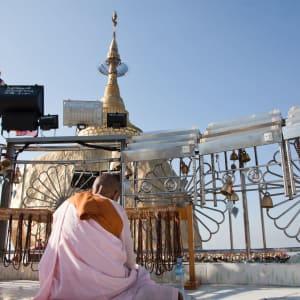 Fascination du sud du Myanmar de Yangon: Golden Rock with praying monk-woman