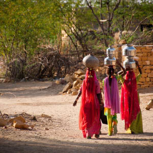 Unbekanntes Gujarat ab Ahmedabad: Gujarat: Indian Women carry water