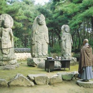 Gruppenreise «Südkorea - Land der Morgenstille» ab Seoul: Gyeongju: Buddha statues with praying monk