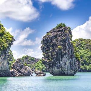 Croisières dans la baie de Halong avec le bâteau privé «Legend Halong» de Hanoi: Halong Bay cruising among beautiful limestone rocks and secluded beaches
